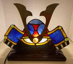 山本恵美子さん作 兜のステンドグラスライト