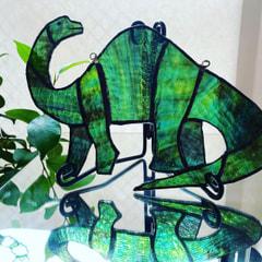 山本恵美子さん作 ステンドグラスで恐竜オーナメント