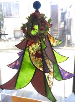 河村良子さんのステンドグラスでクリスマスツリー
